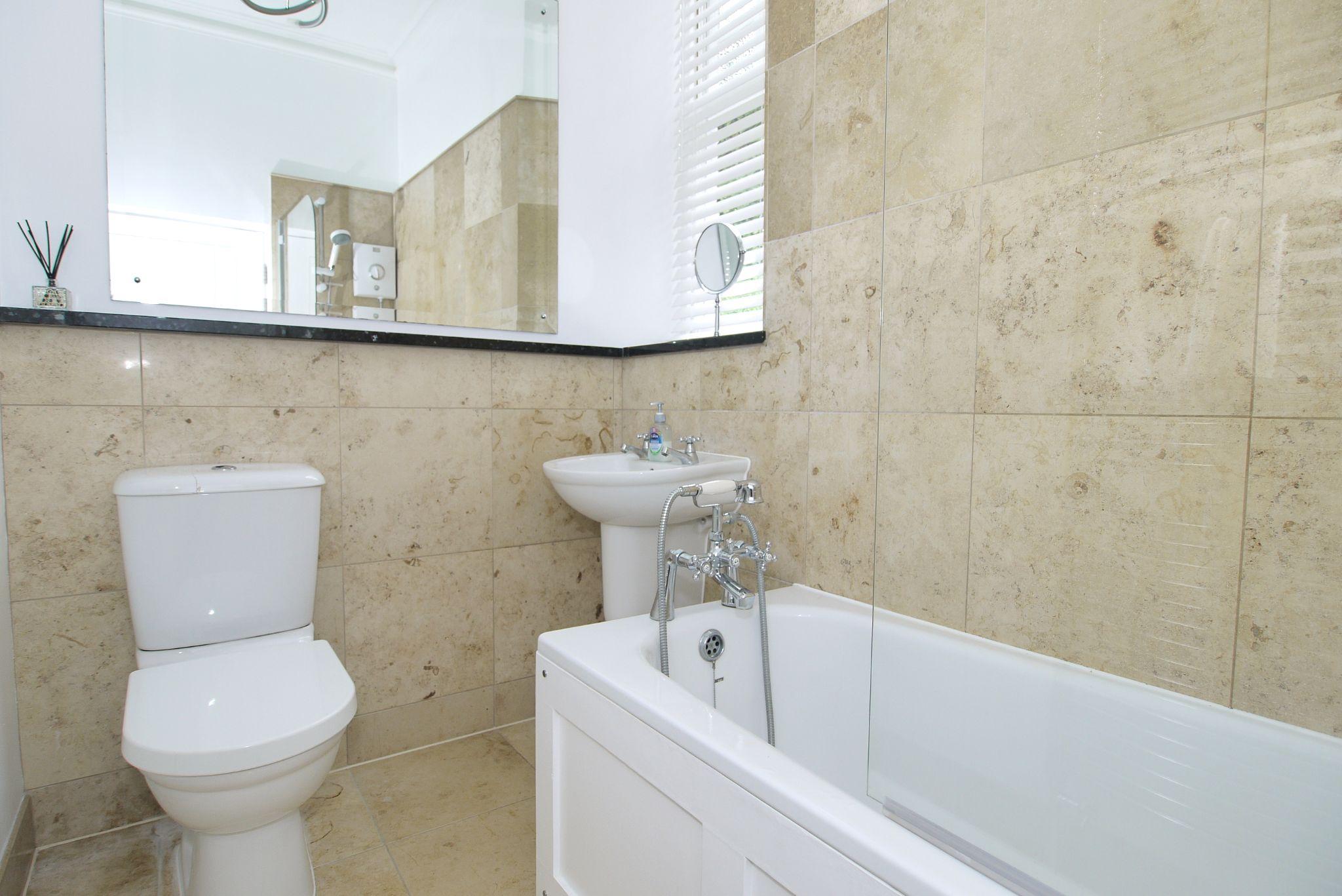 2 bedroom apartment flat/apartment Sold in Sevenoaks - Photograph 8