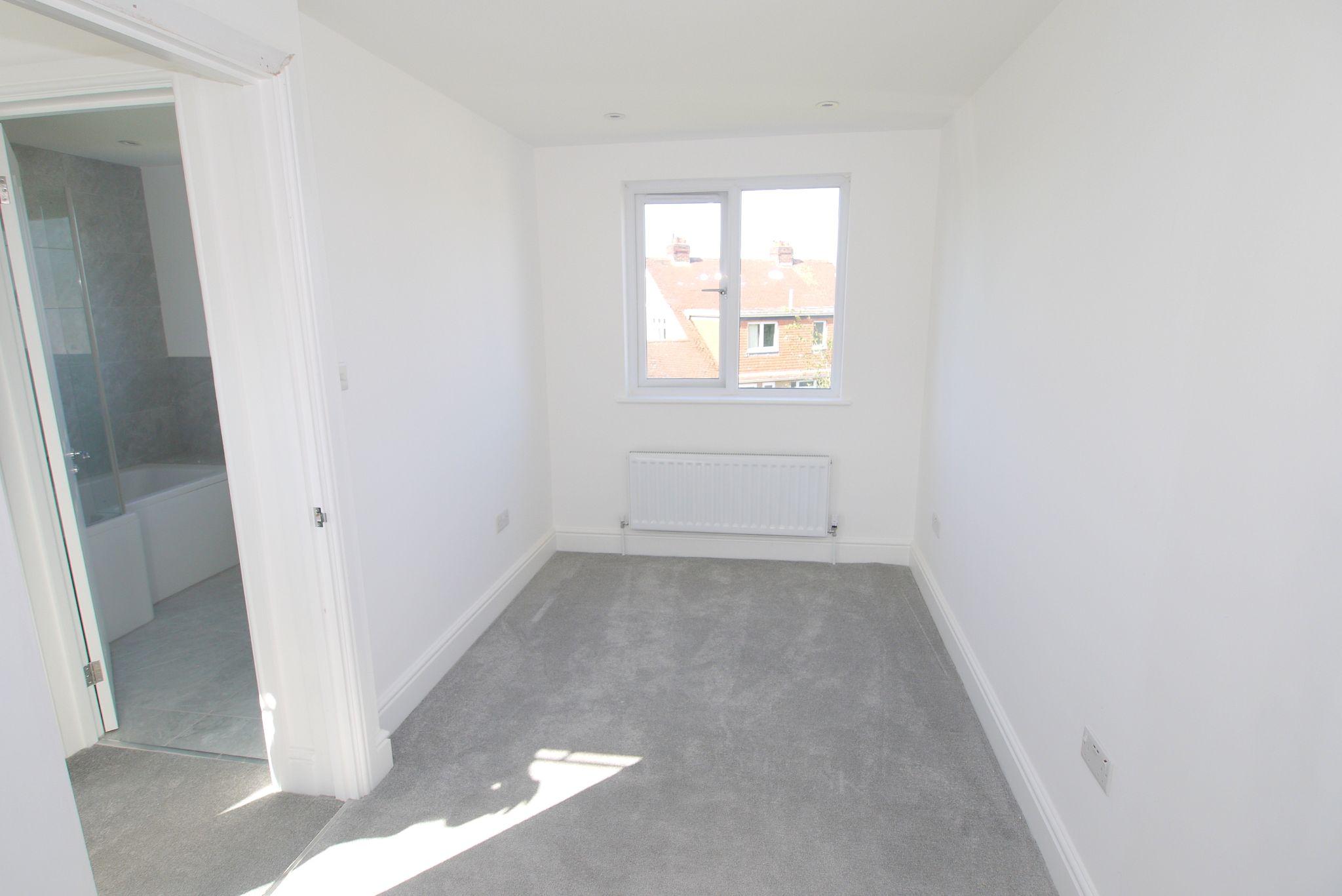 3 bedroom chalet house For Sale in Sevenoaks - Photograph 6
