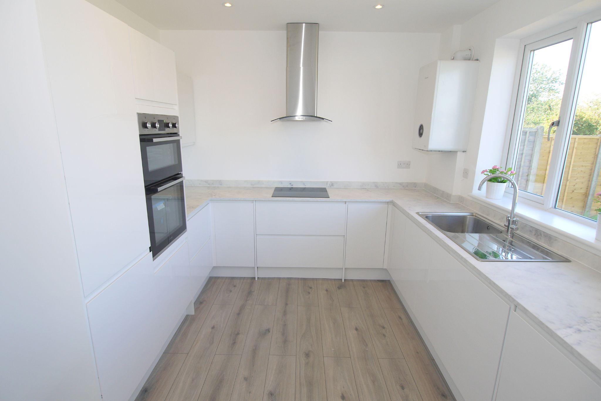 3 bedroom chalet house For Sale in Sevenoaks - Photograph 3