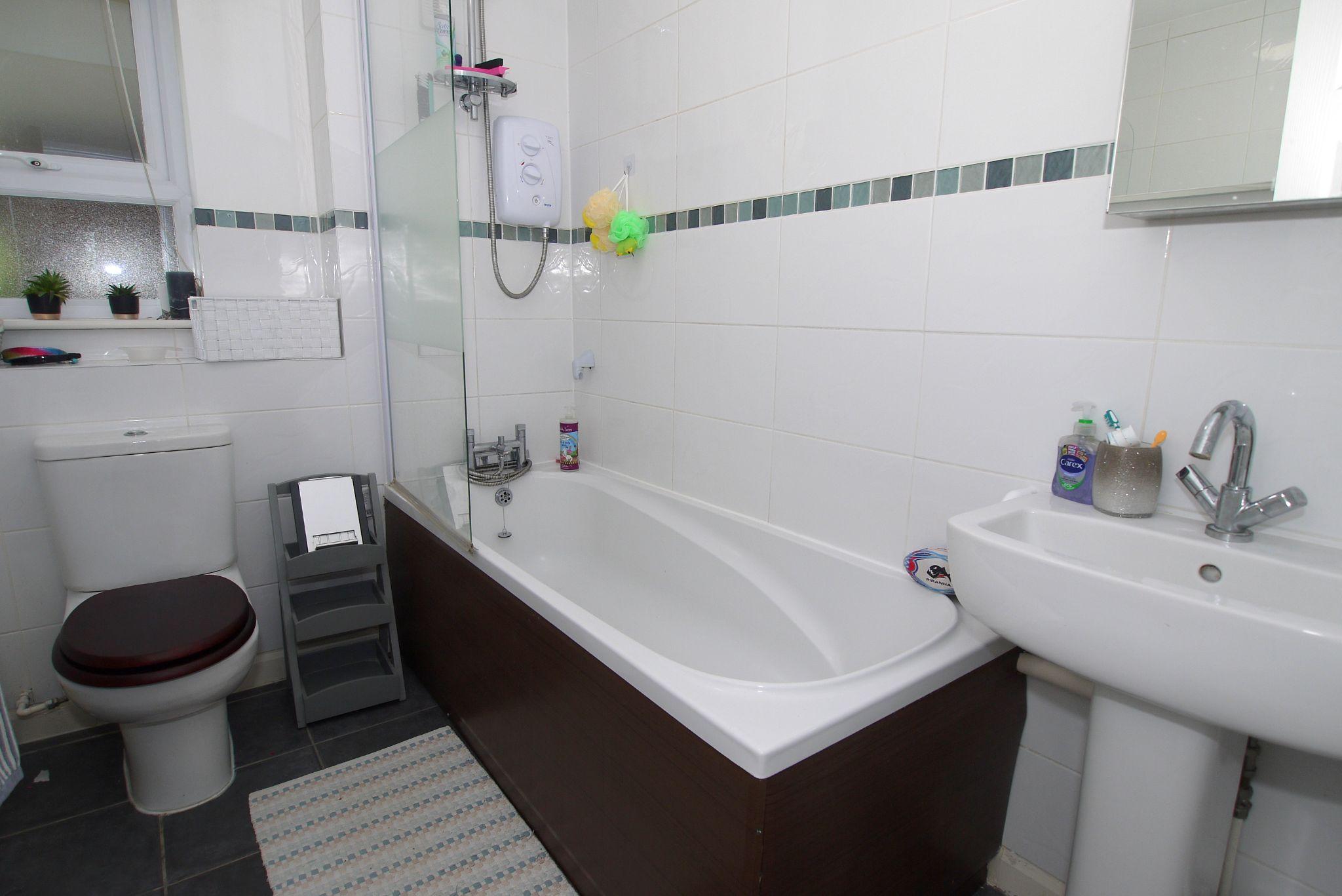 3 bedroom apartment Sale Agreed in Sevenoaks - Photograph 8