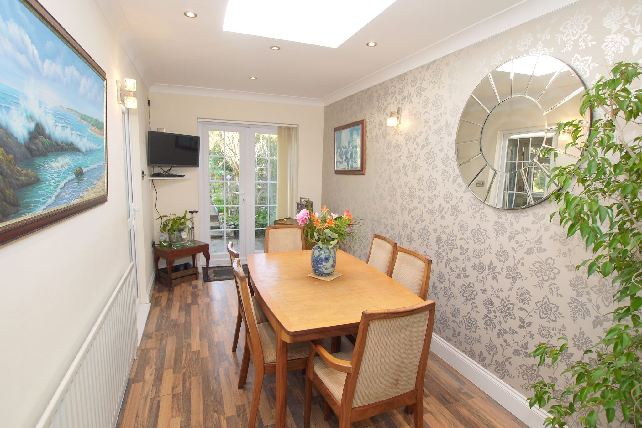 2 bedroom detached bungalow For Sale in Badgers Mount - Photograph 5