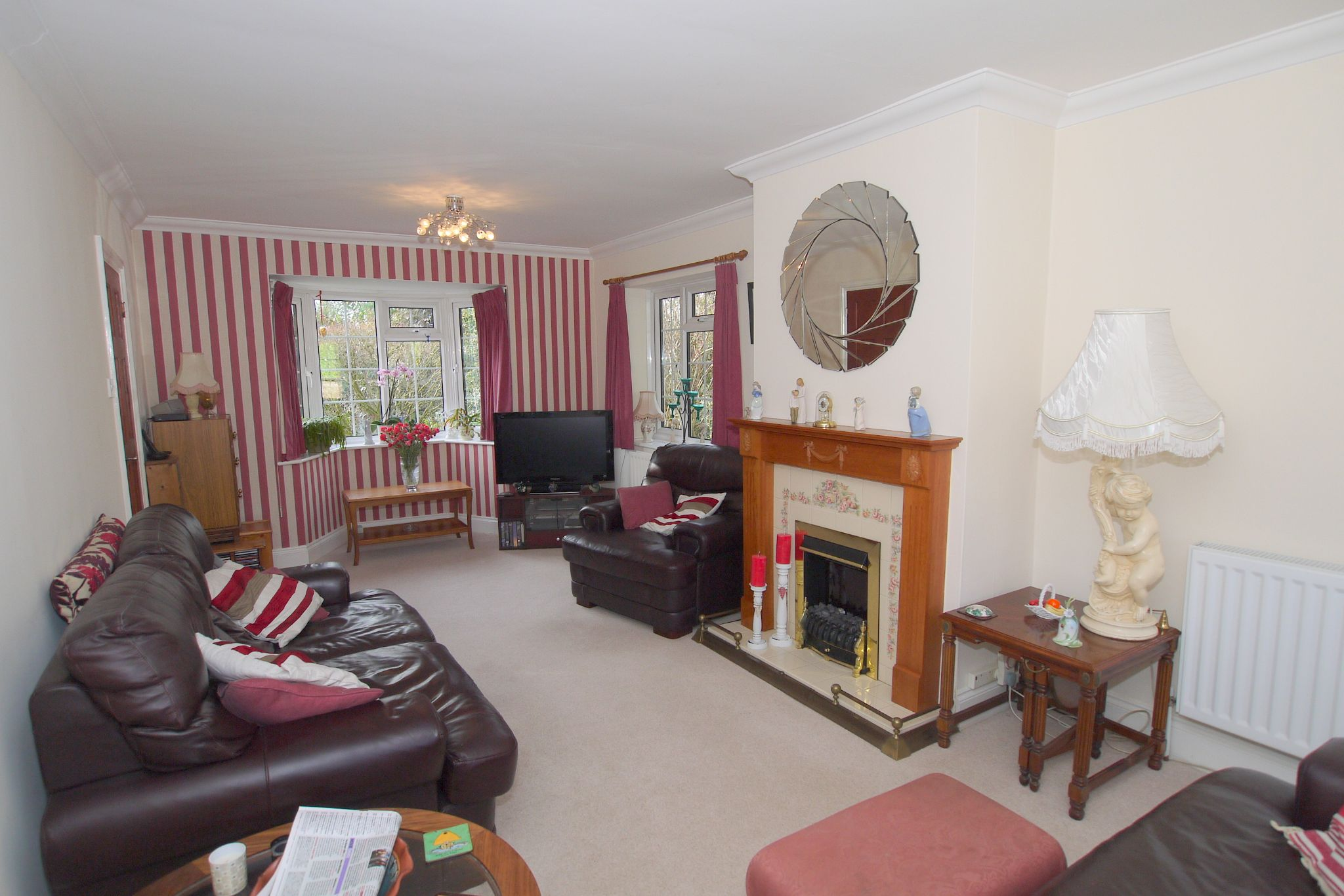 2 bedroom detached bungalow For Sale in Badgers Mount - Photograph 4