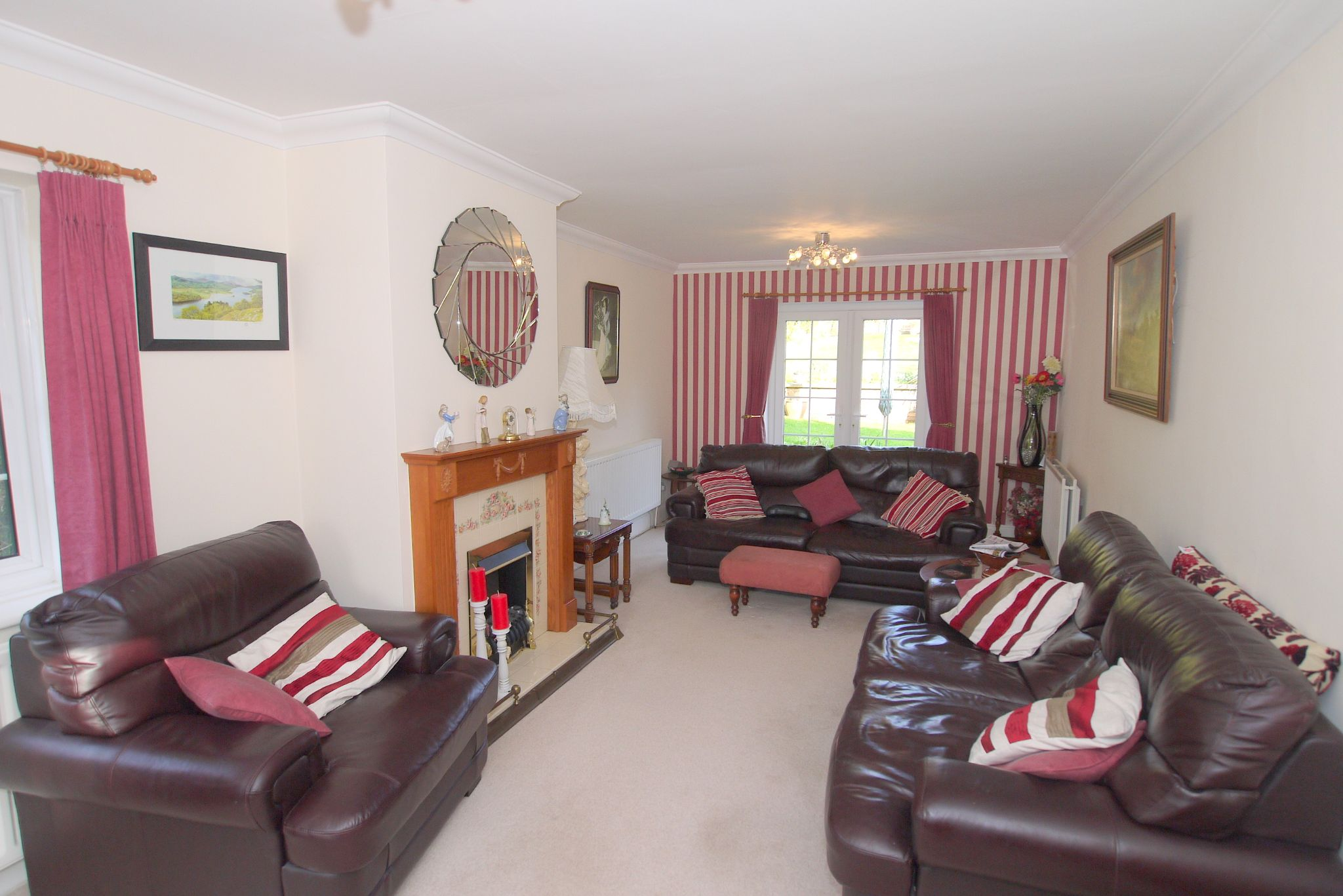 2 bedroom detached bungalow For Sale in Badgers Mount - Photograph 3