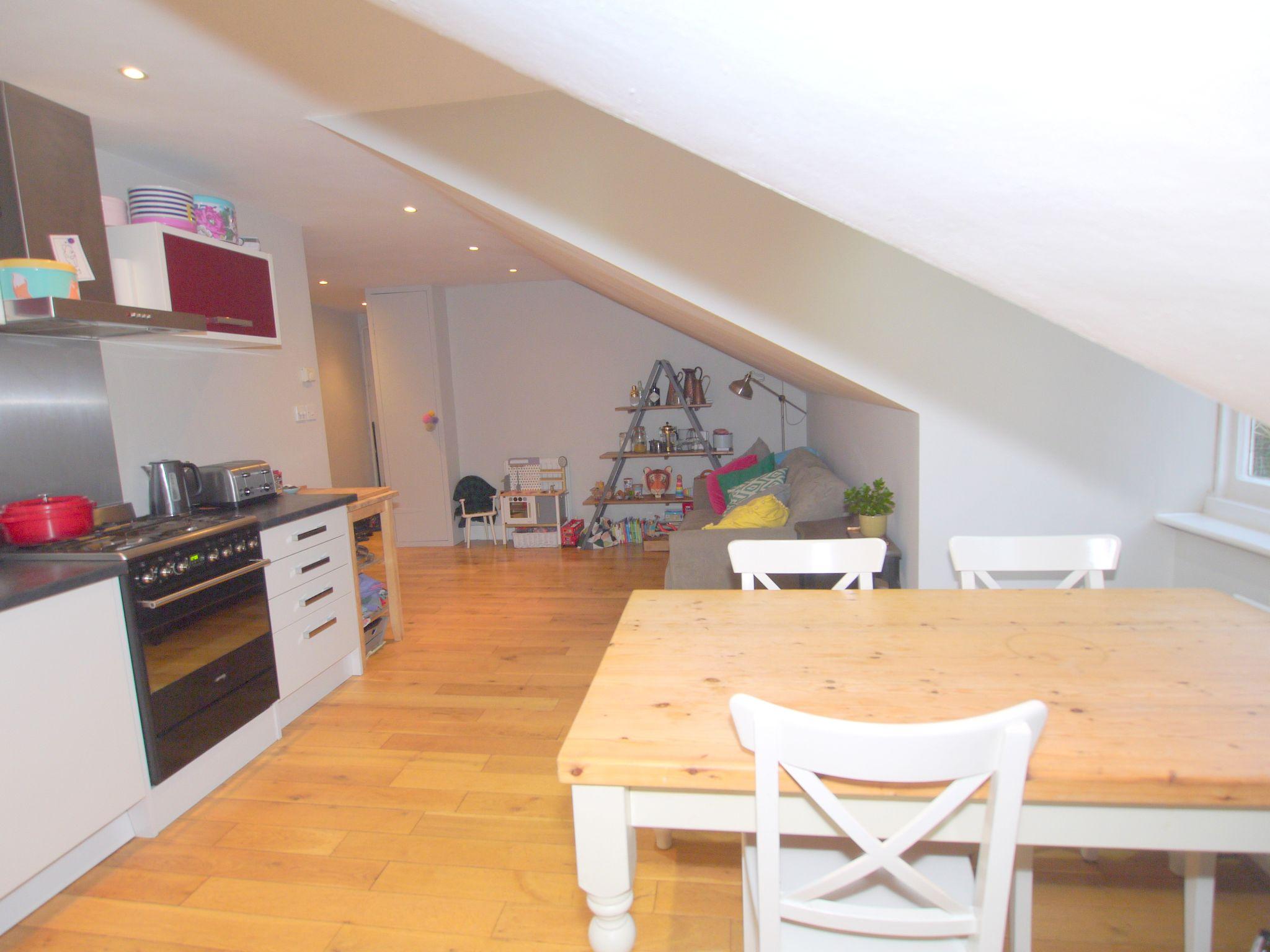 2 bedroom flat Sold in Sevenoaks - Photograph 3