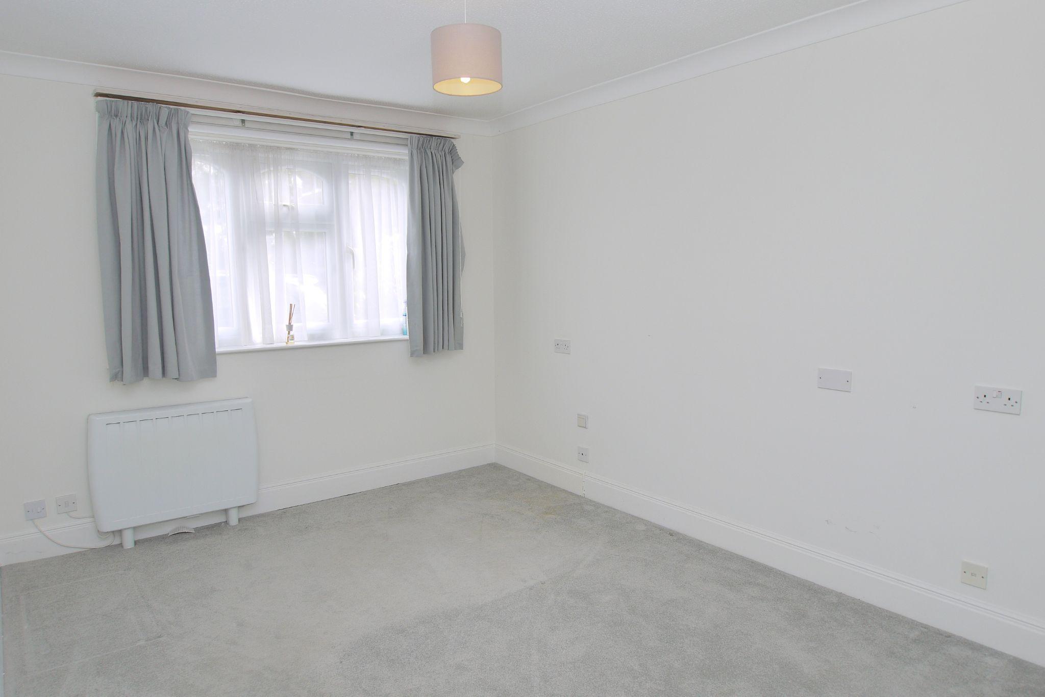 1 bedroom apartment For Sale in Sevenoaks - Photograph 5
