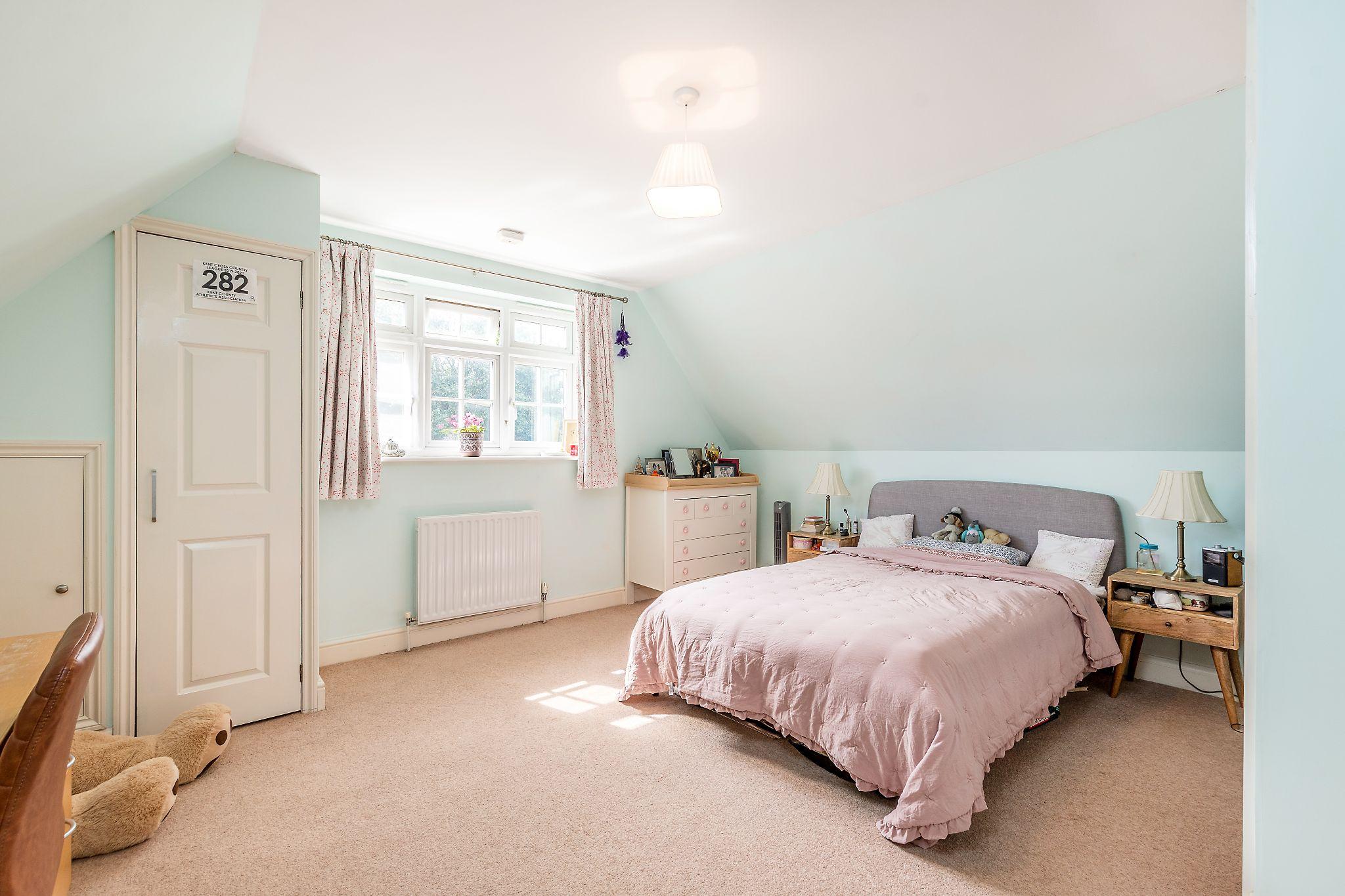 3 bedroom detached bungalow For Sale in Sevenoaks - Photograph 9
