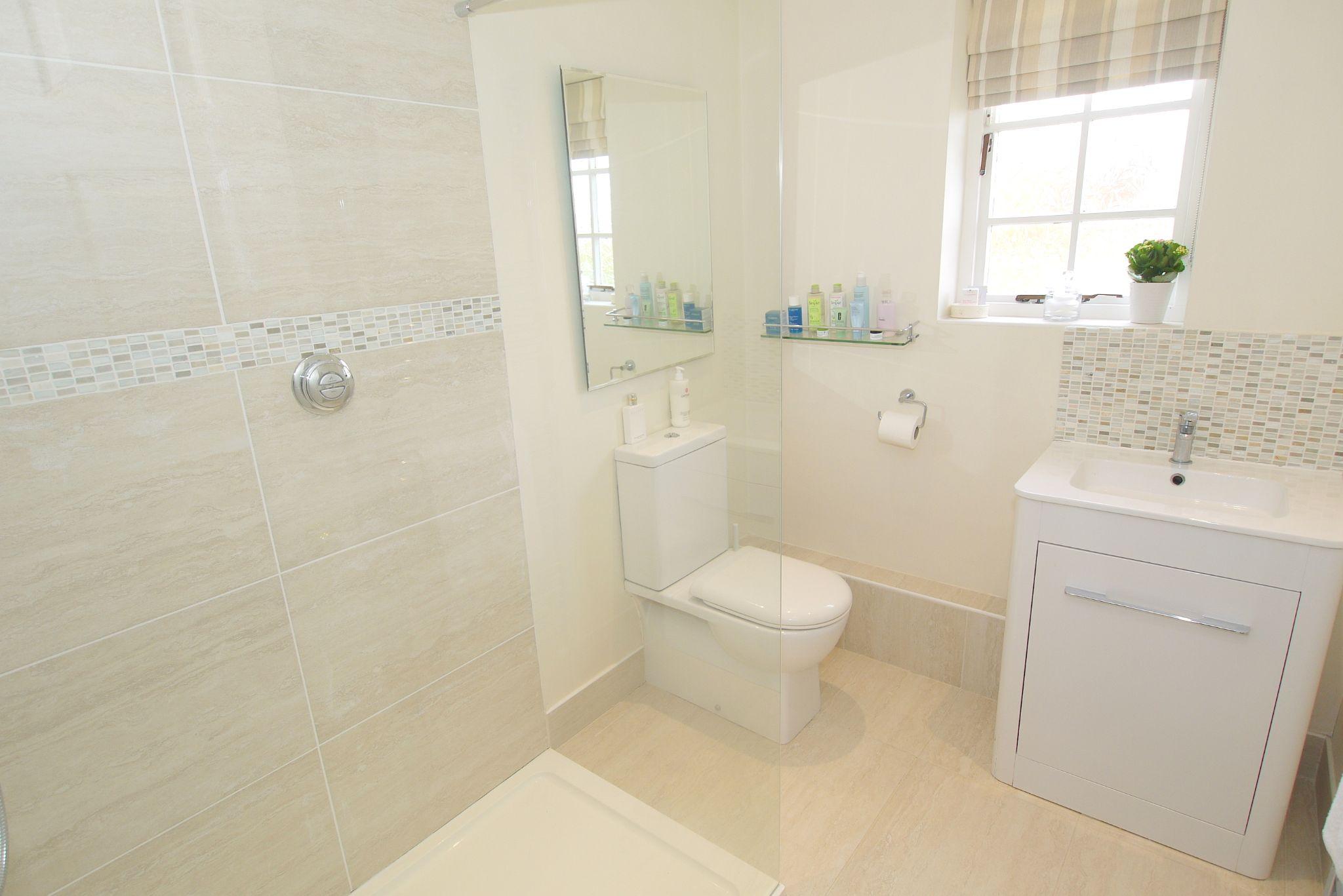 4 bedroom detached house Sold in Sevenoaks - Photograph 12