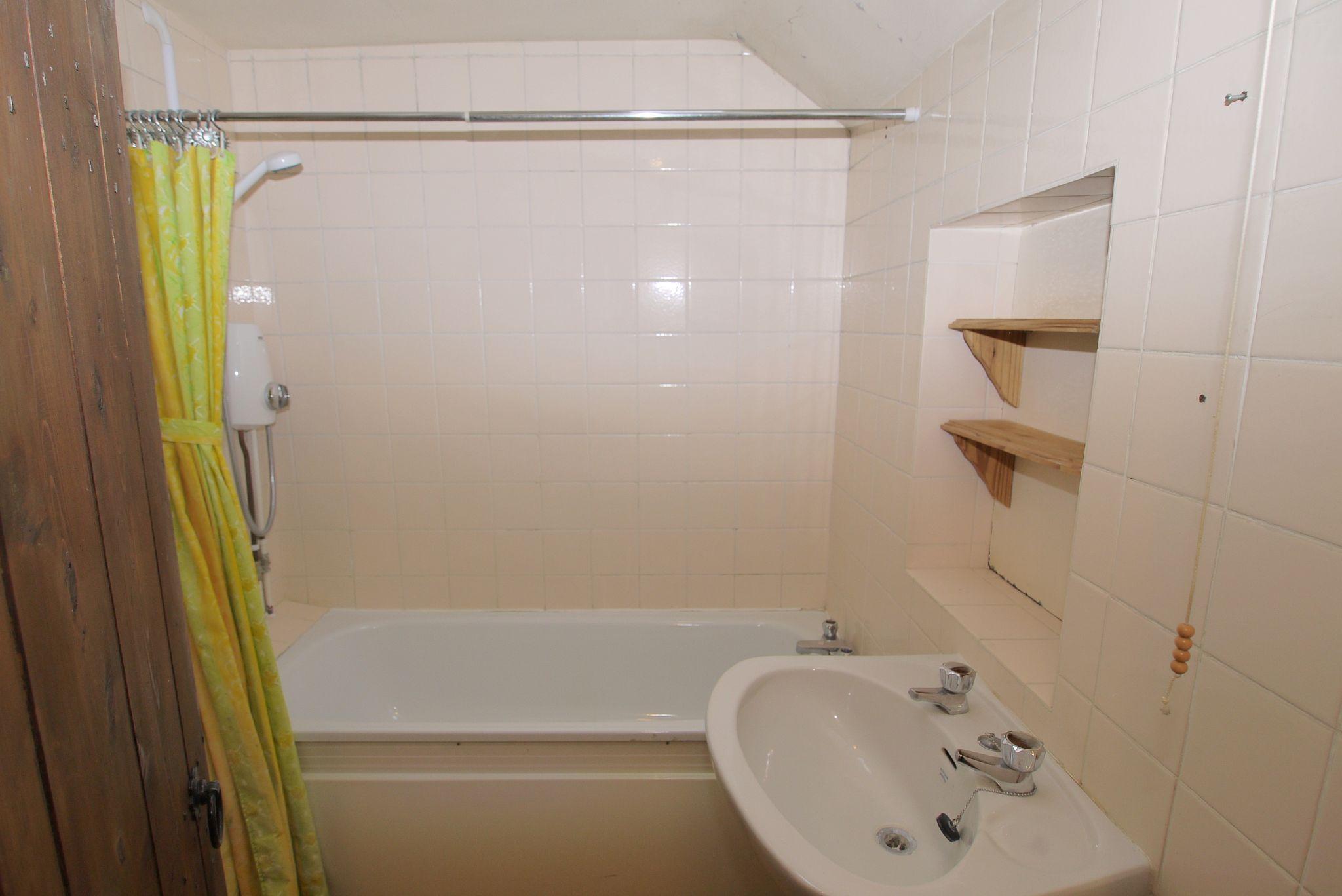 4 bedroom semi-detached bungalow Sale Agreed in Sevenoaks - Photograph 6
