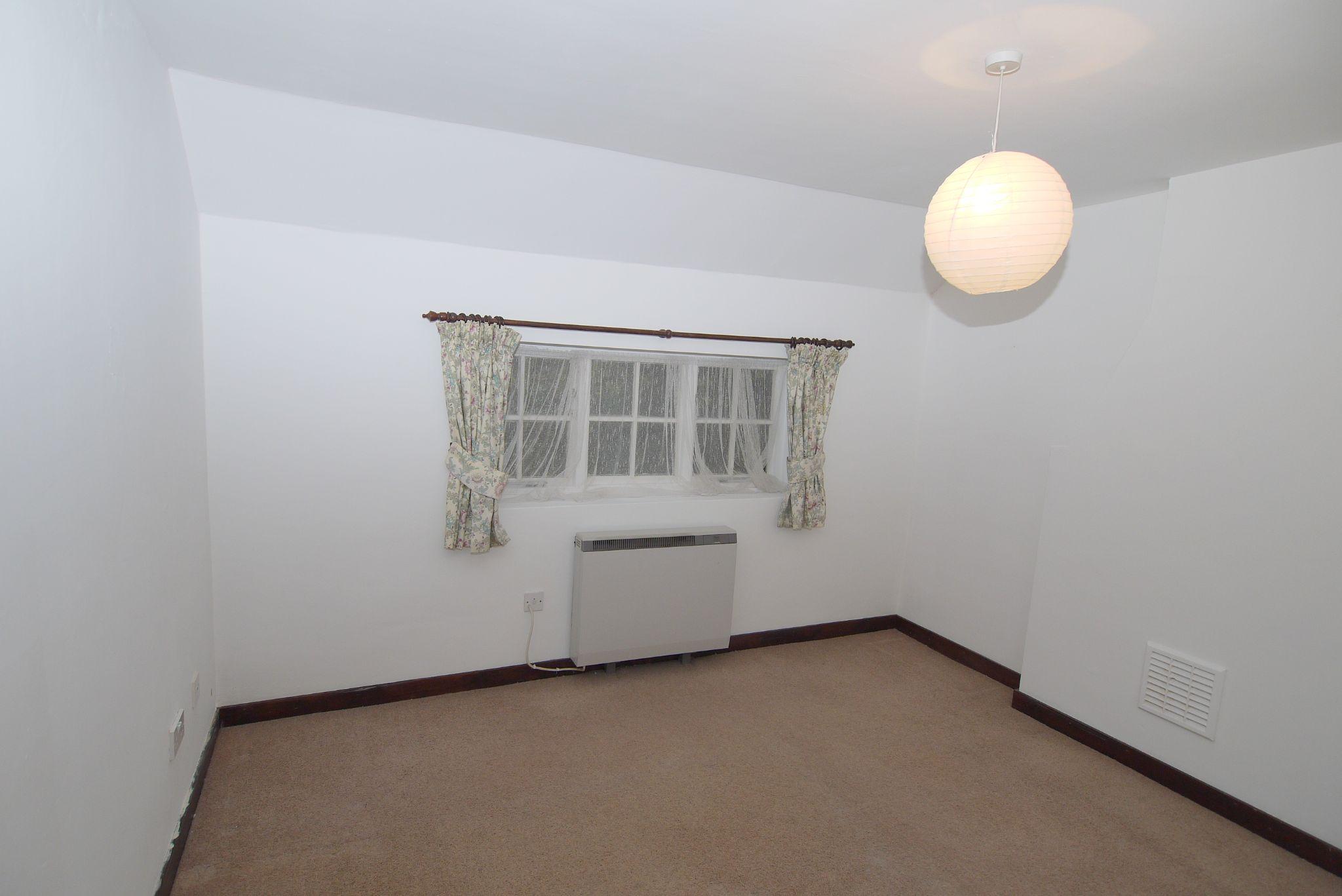 4 bedroom semi-detached bungalow Sale Agreed in Sevenoaks - Photograph 4