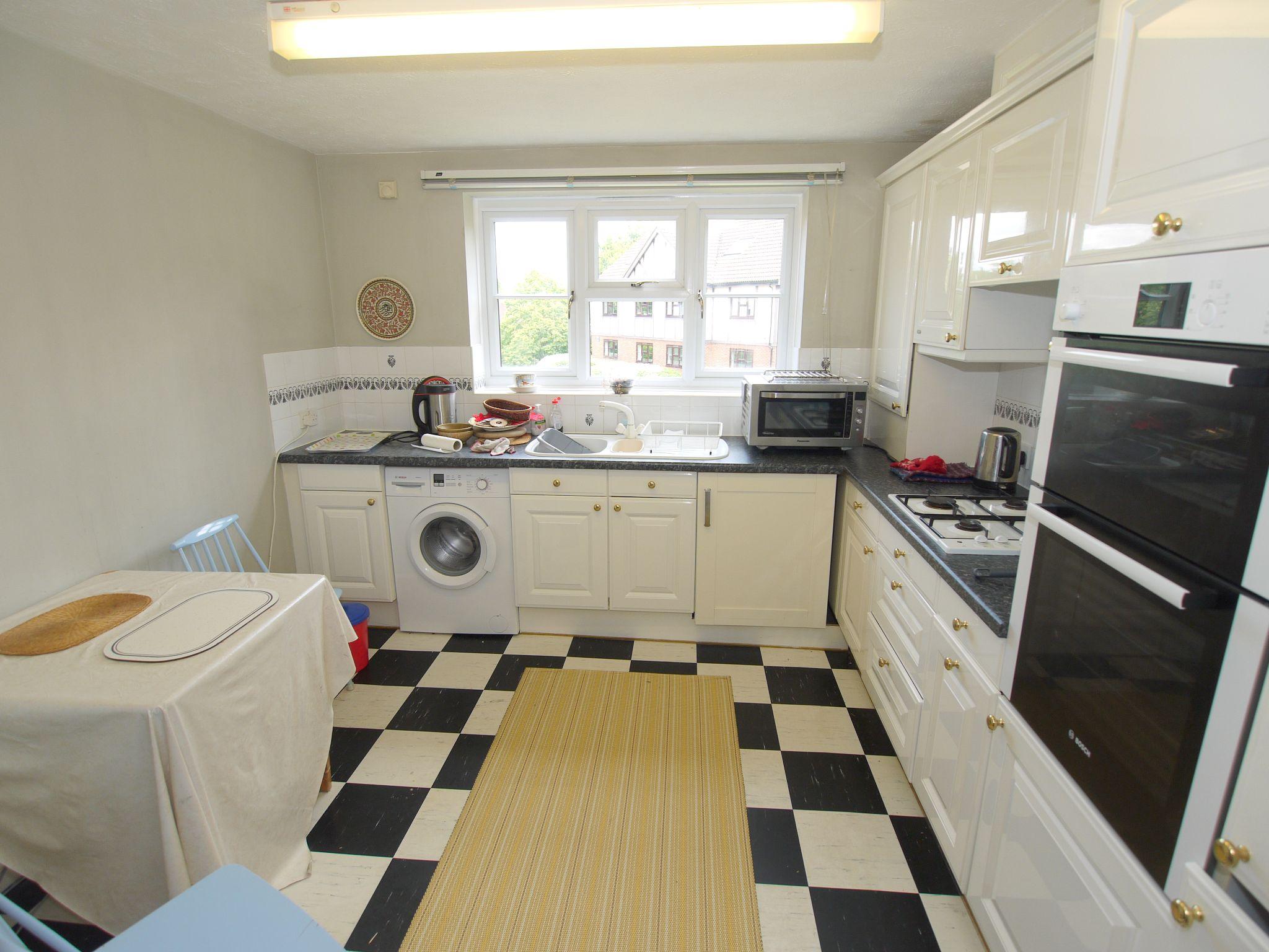 2 bedroom apartment For Sale in Sevenoaks - Photograph 7