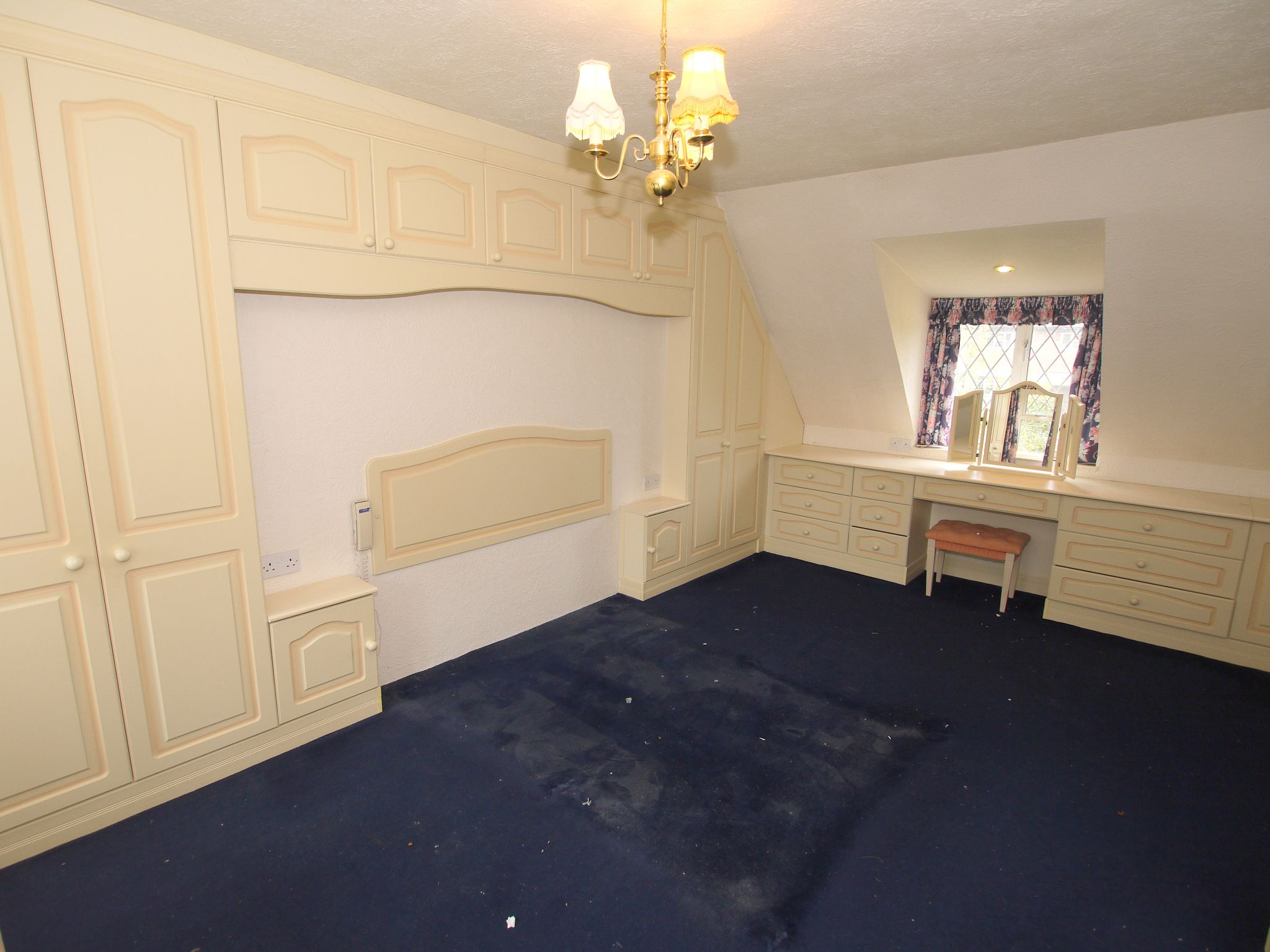 4 bedroom detached house Sale Agreed in Sevenoaks - Photograph 9