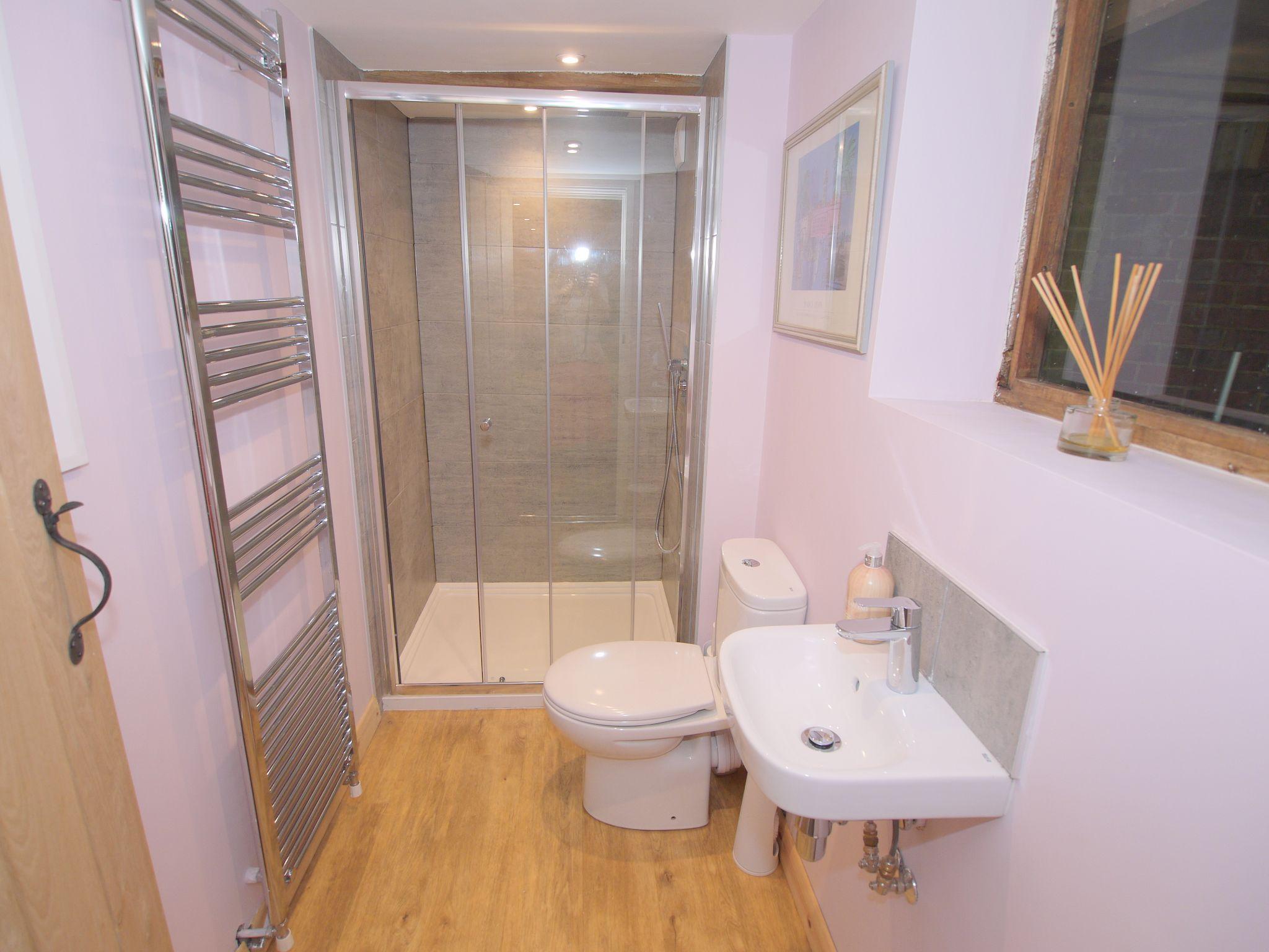 4 bedroom detached house Let Agreed in Edenbridge - Photograph 6