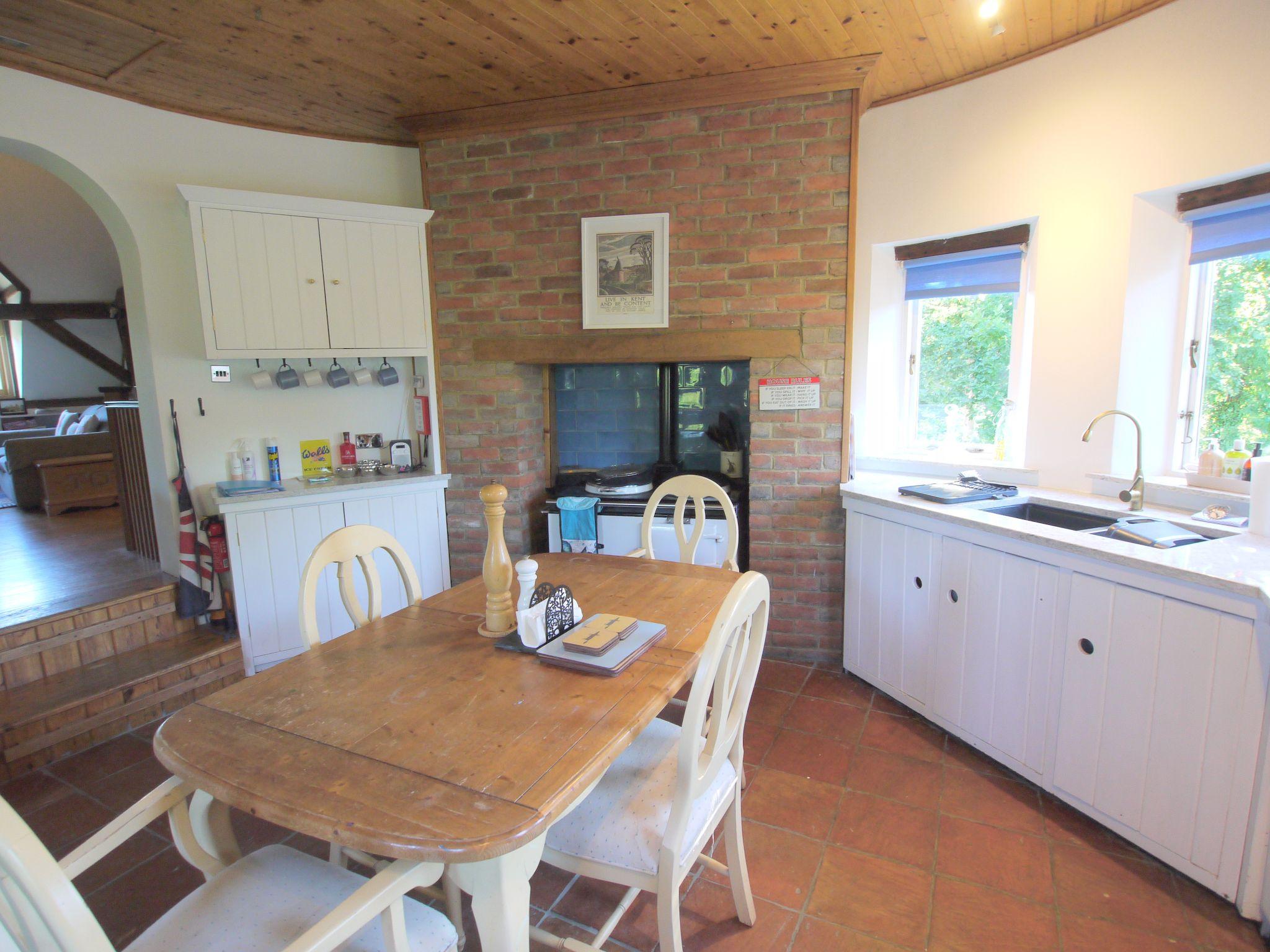 4 bedroom detached house Let Agreed in Edenbridge - Photograph 3