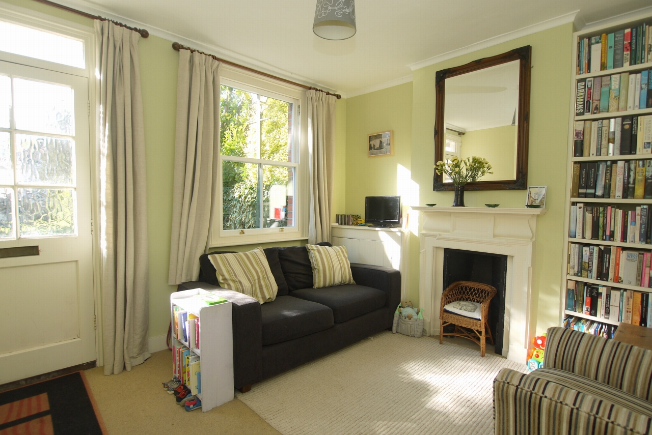 2 bedroom end terraced house Sold in Sevenoaks - Photograph 2