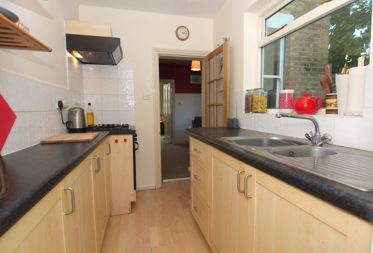 2 bedroom end terraced house Sold in Sevenoaks - Photograph 4