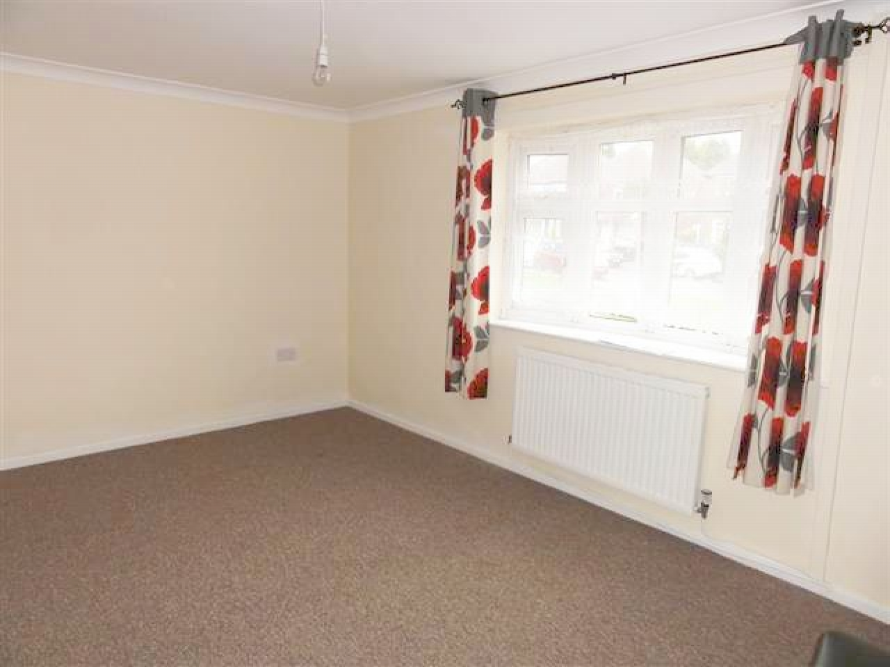 4 Bed Semi-detached House To Rent - Photograph 3
