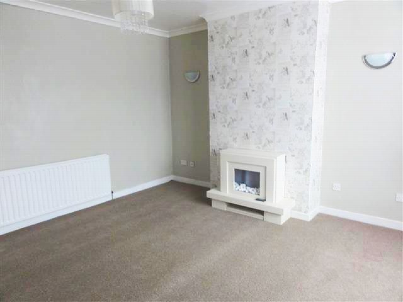 2 Bed Detached Bungalow To Rent - Photograph 3