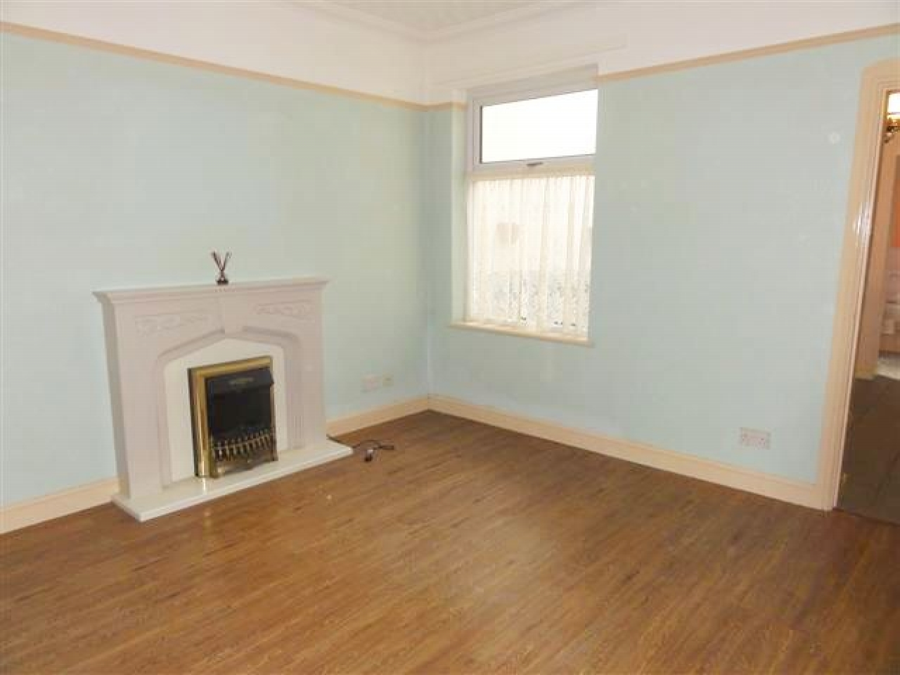 3 Bed End Terraced House To Rent - Photograph 2