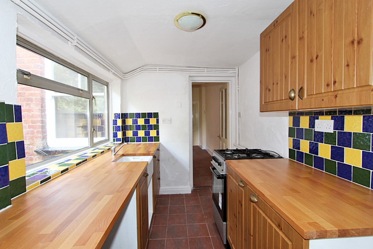 3 Bed Mid Terraced House To Rent - Photograph 4