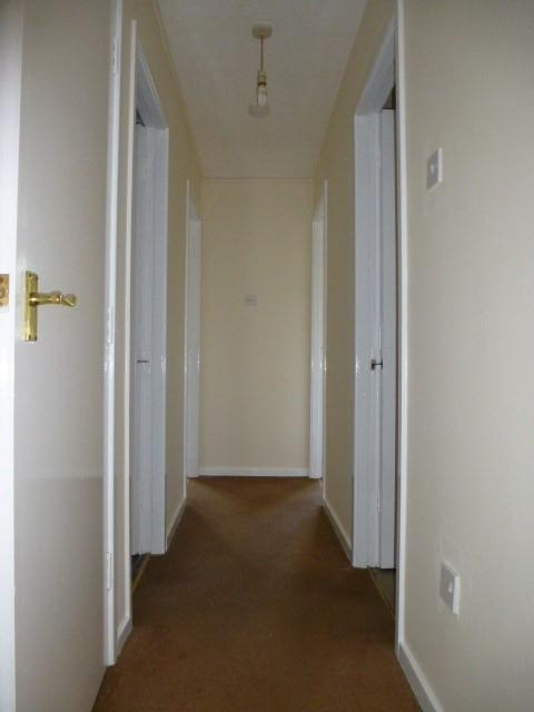 2 Bed Flat Flat/apartment For Sale - Photograph 2