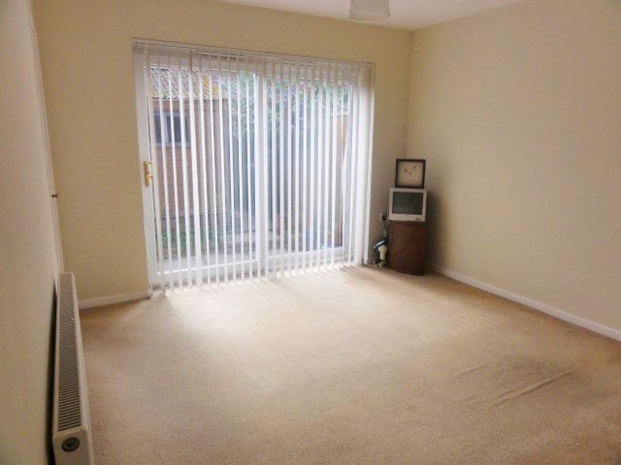 2 Bed Semi-detached Bungalow To Rent - Photograph 2