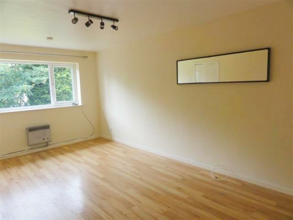 1 Bed Flat Flat/apartment For Sale - Photograph 2