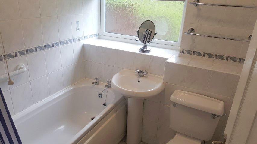 2 Bed Apartment Flat/apartment To Rent - Bathroom