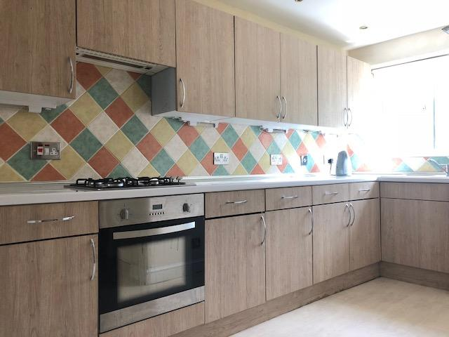 4 Bedroom Semi-detached House To Rent - Photograph 5