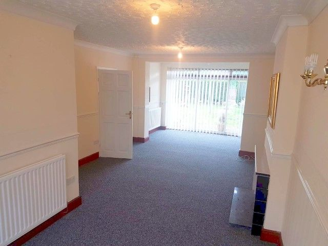 3 Bed Detached House To Rent - Photograph 2