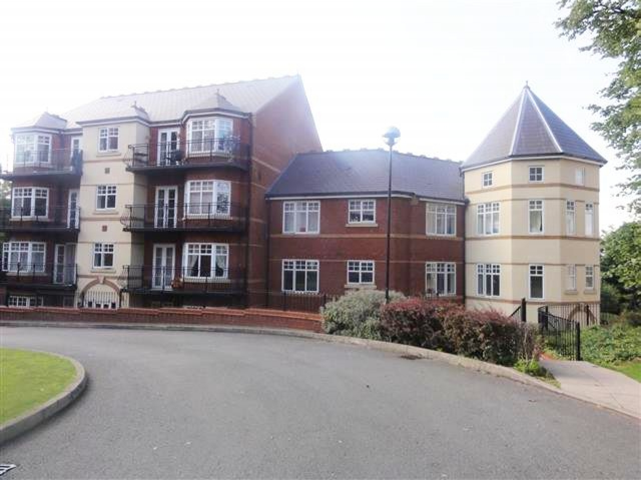3 Bed Apartment Flat/apartment To Rent - Photograph 1