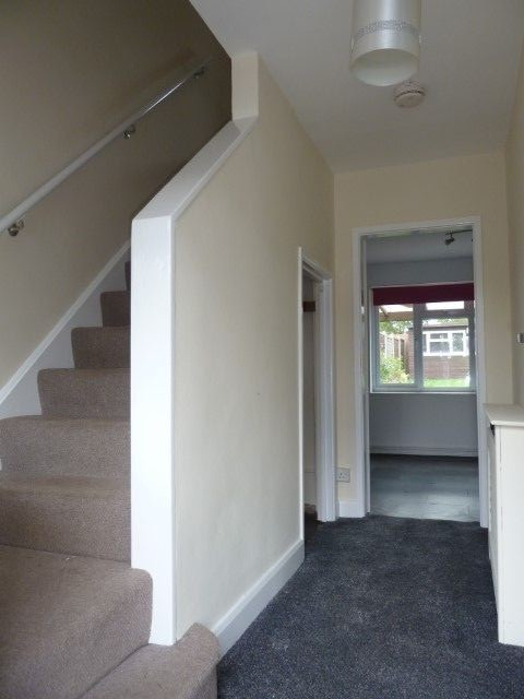 4 Bed Mid Terraced House To Rent - Photograph 3