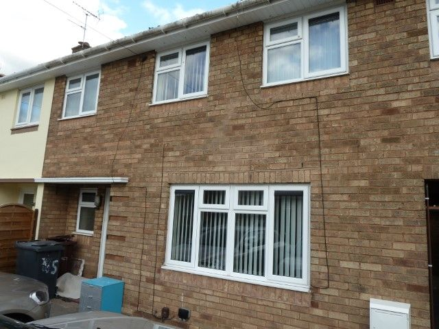 4 Bed Mid Terraced House To Rent - Photograph 2