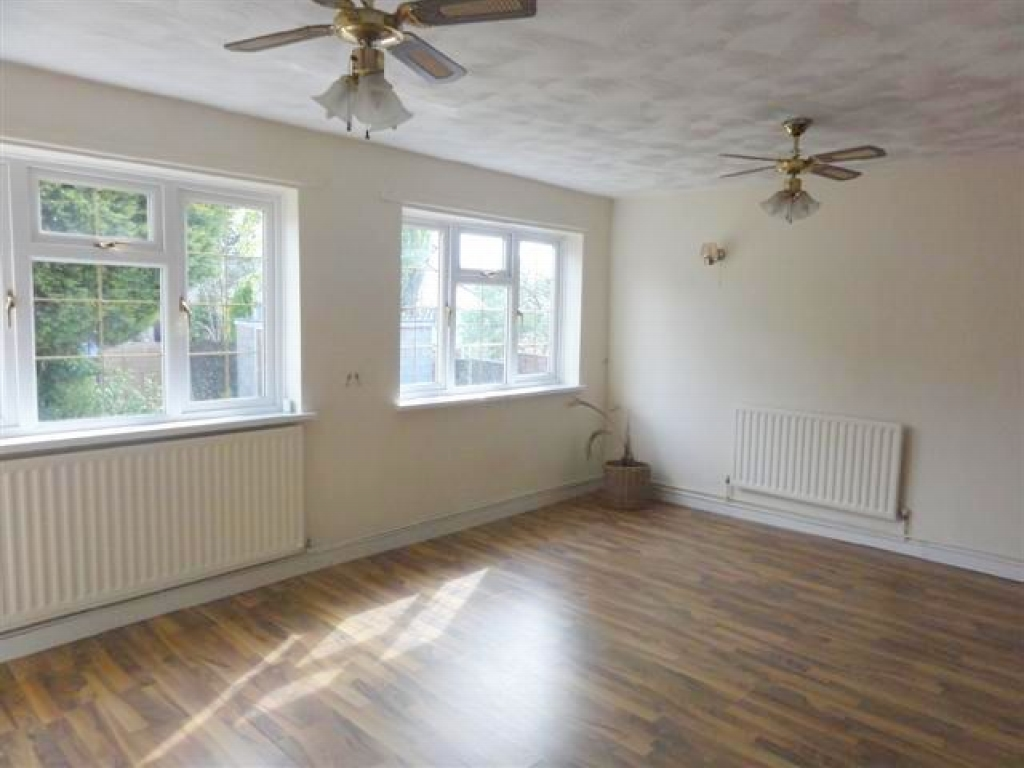 3 Bed Semi-detached House To Rent - Photograph 2