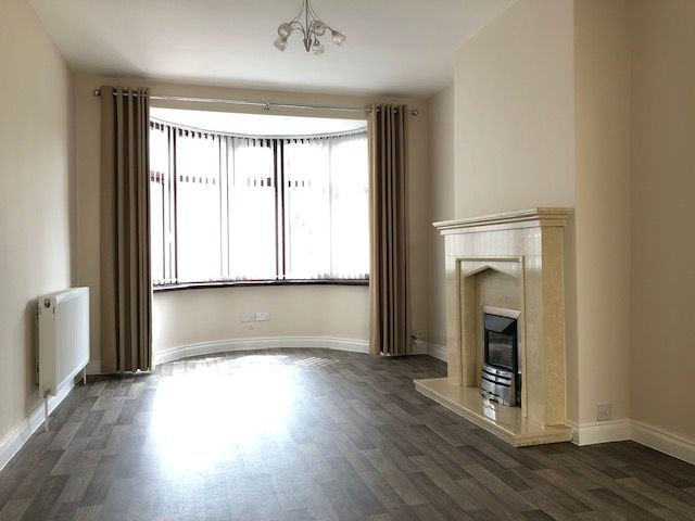 4 Bed Semi-detached House To Rent - FRONT LOUNGE