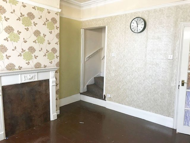 4 Bed Semi-detached House To Rent - Photograph 2