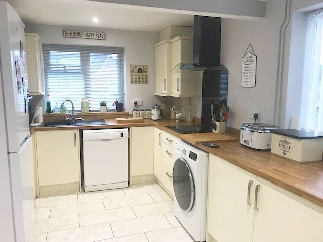 3 Bed Semi-detached House To Rent - Photograph 12