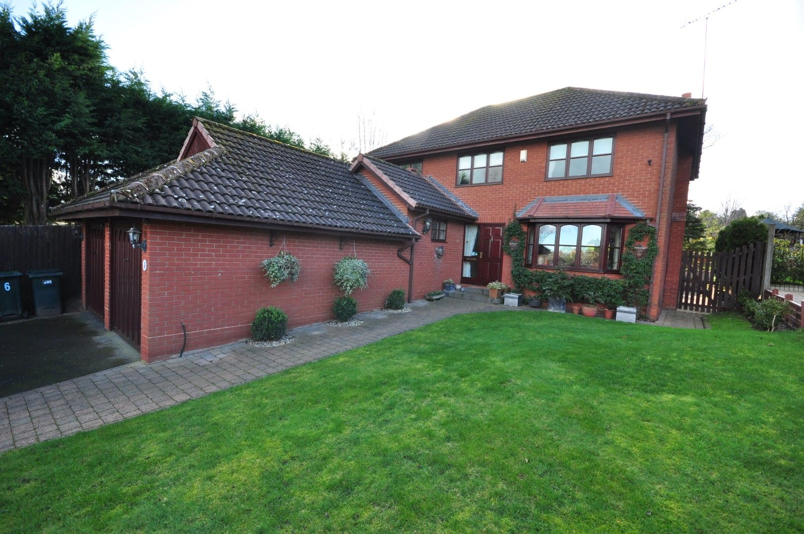 4 Bed Detached House For Sale - Photograph 1