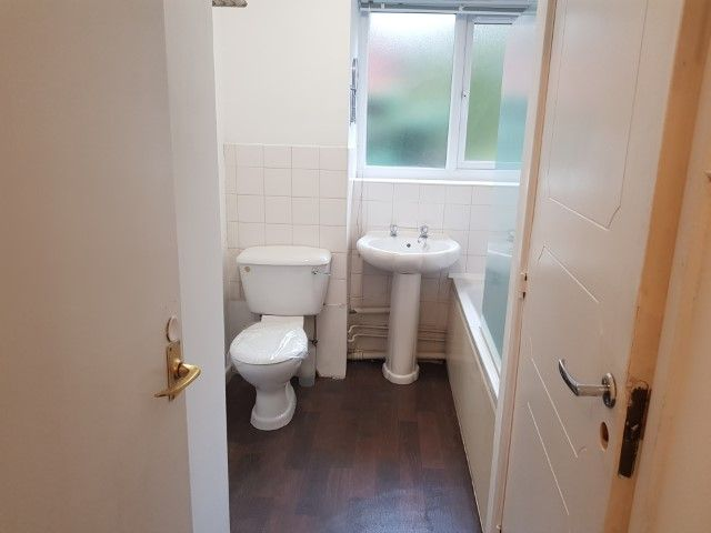 2 Bedroom Apartment Flat/apartment For Sale - BATHROOM WITH SHOWER OVER THE BATH
