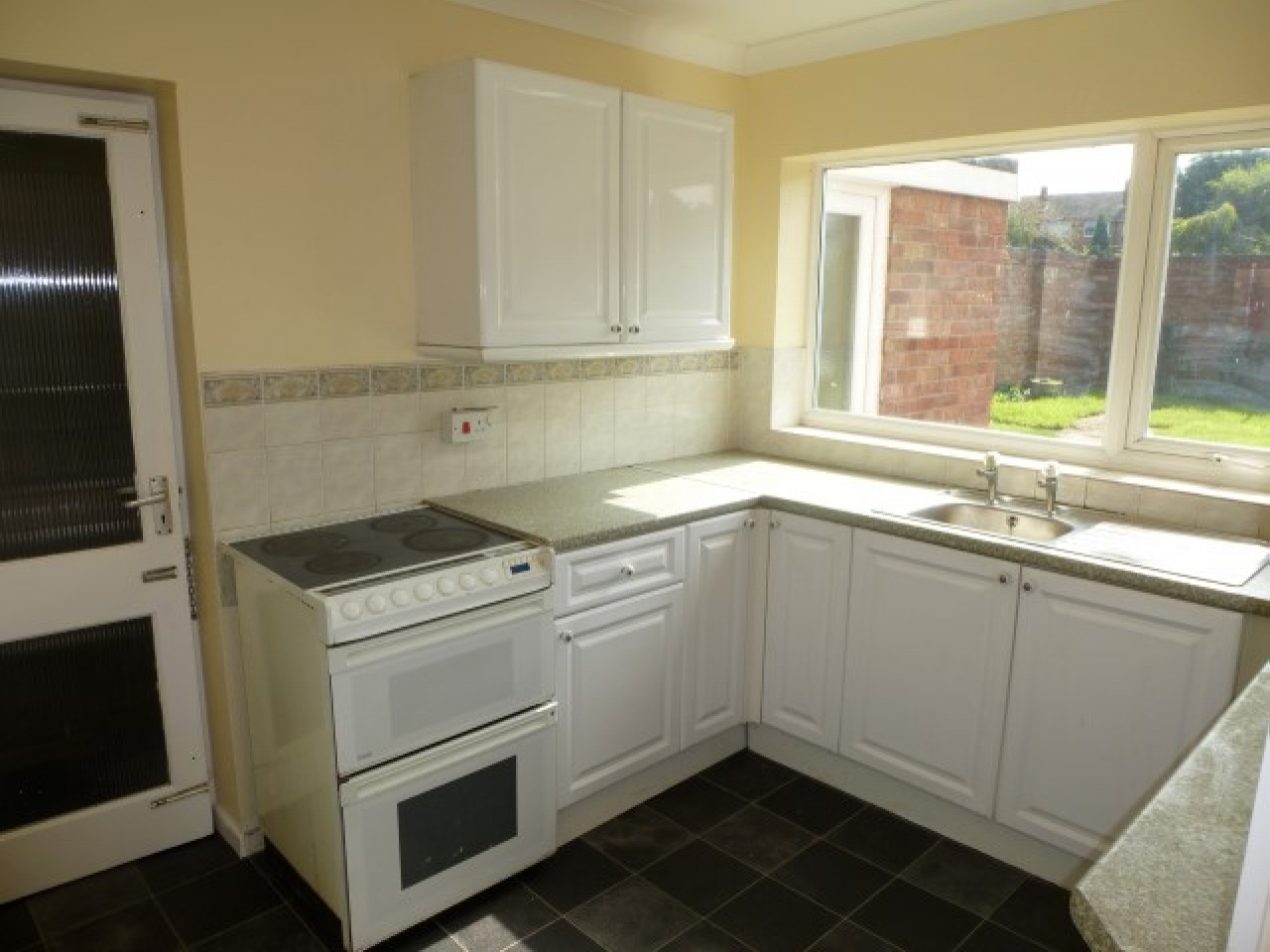 4 Bed Detached House To Rent - Photograph 3