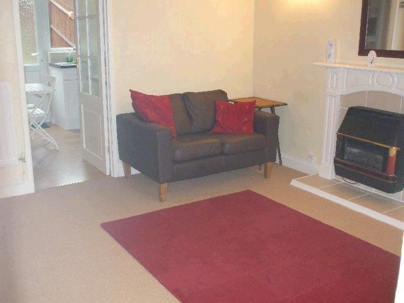 1 Bed Semi-detached House To Rent - Photograph 3