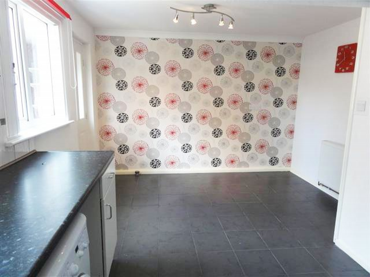 2 Bed End Terraced House To Rent - Photograph 4