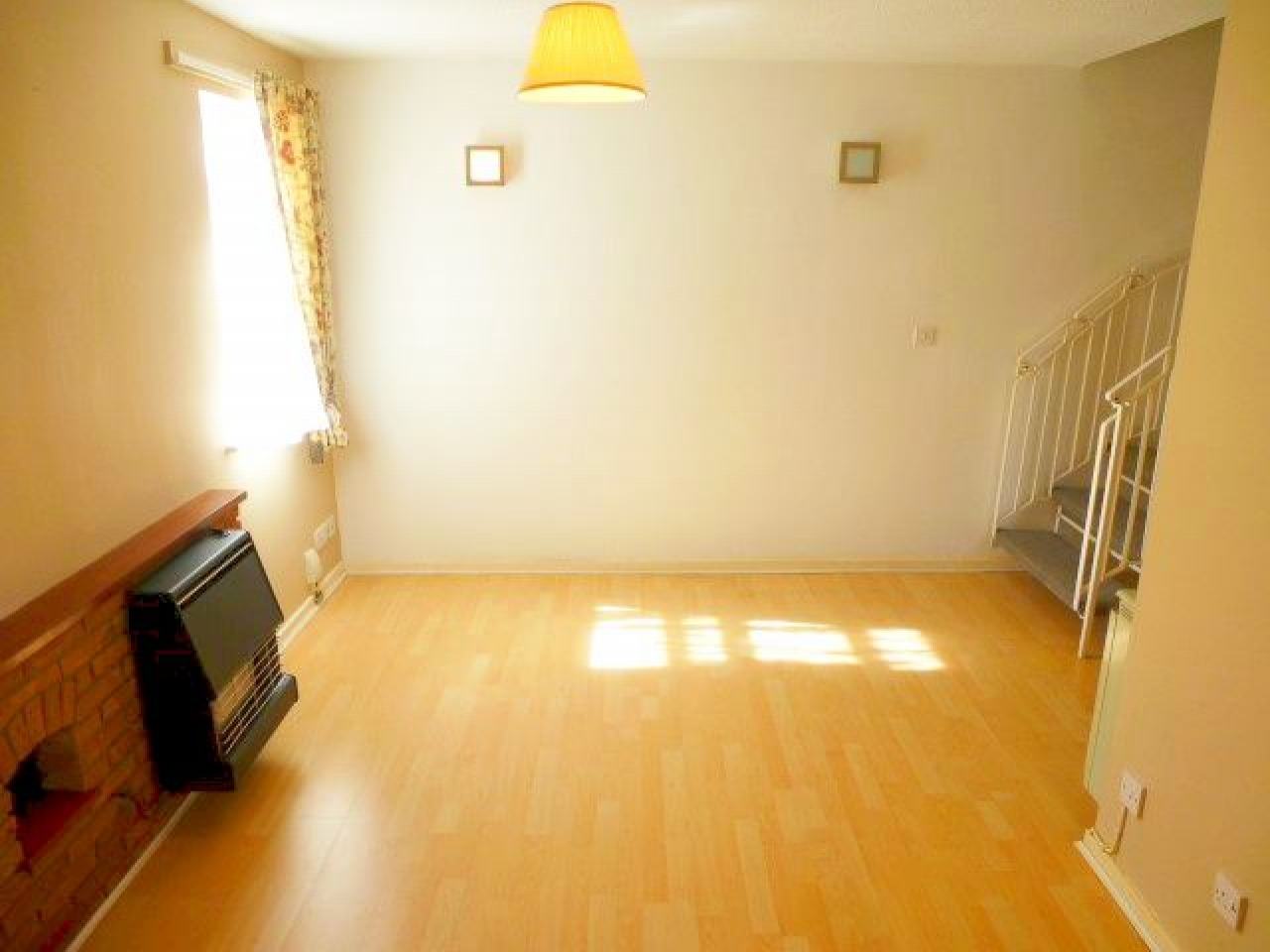 1 Bed End Terraced House To Rent - Photograph 2