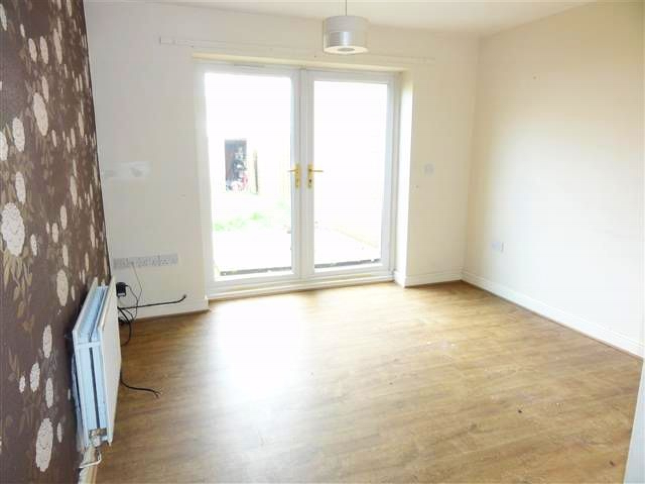 3 Bed Town House To Rent - Photograph 2