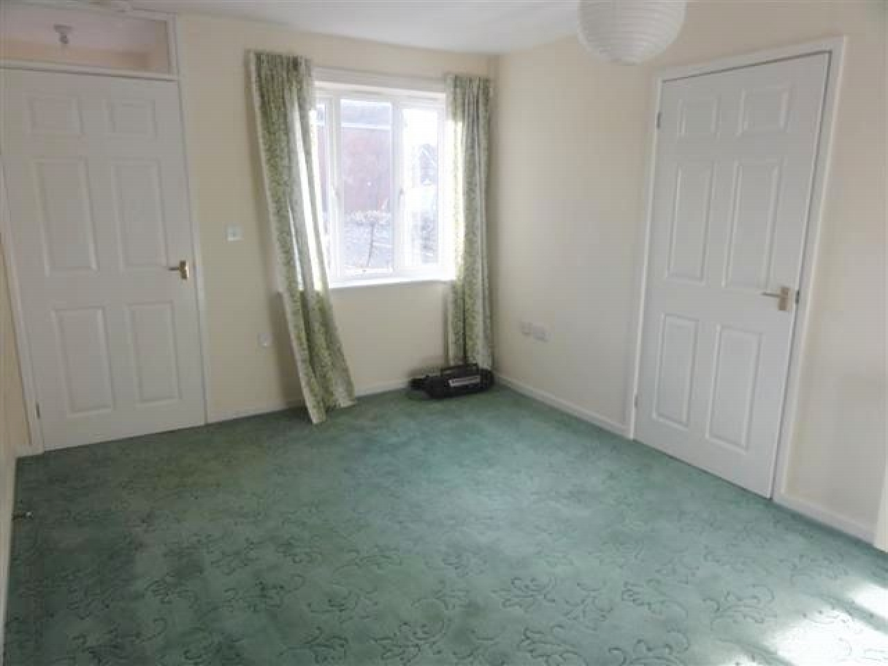 1 Bed Ground Floor Maisonette Flat/apartment For Sale - Photograph 2