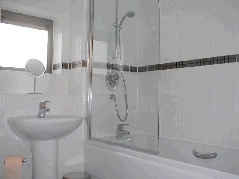 2 Bed Apartment Flat/apartment To Rent - Main Bathroom