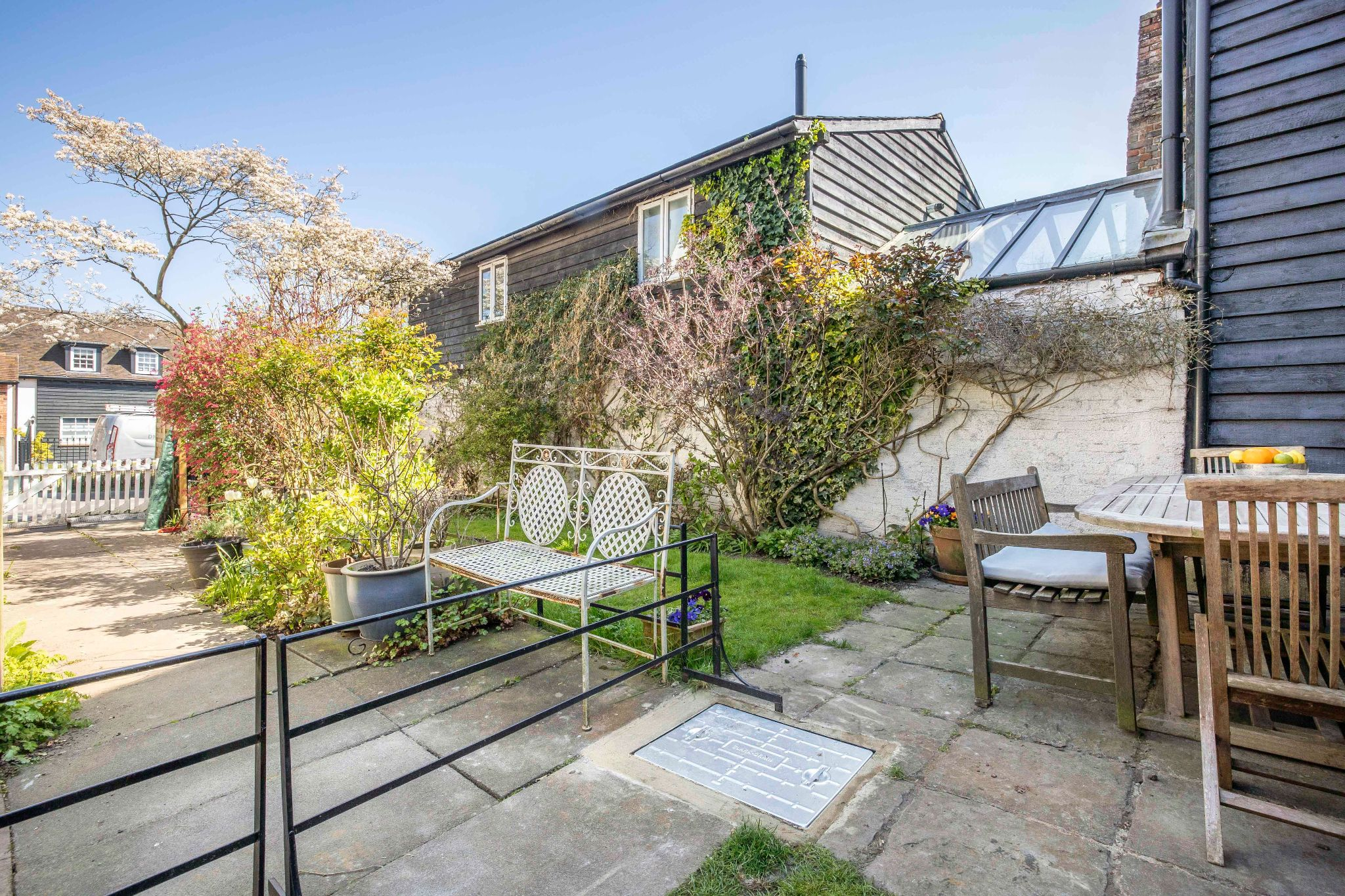 4 bedroom mid terraced house For Sale in Essendon - Photograph 21