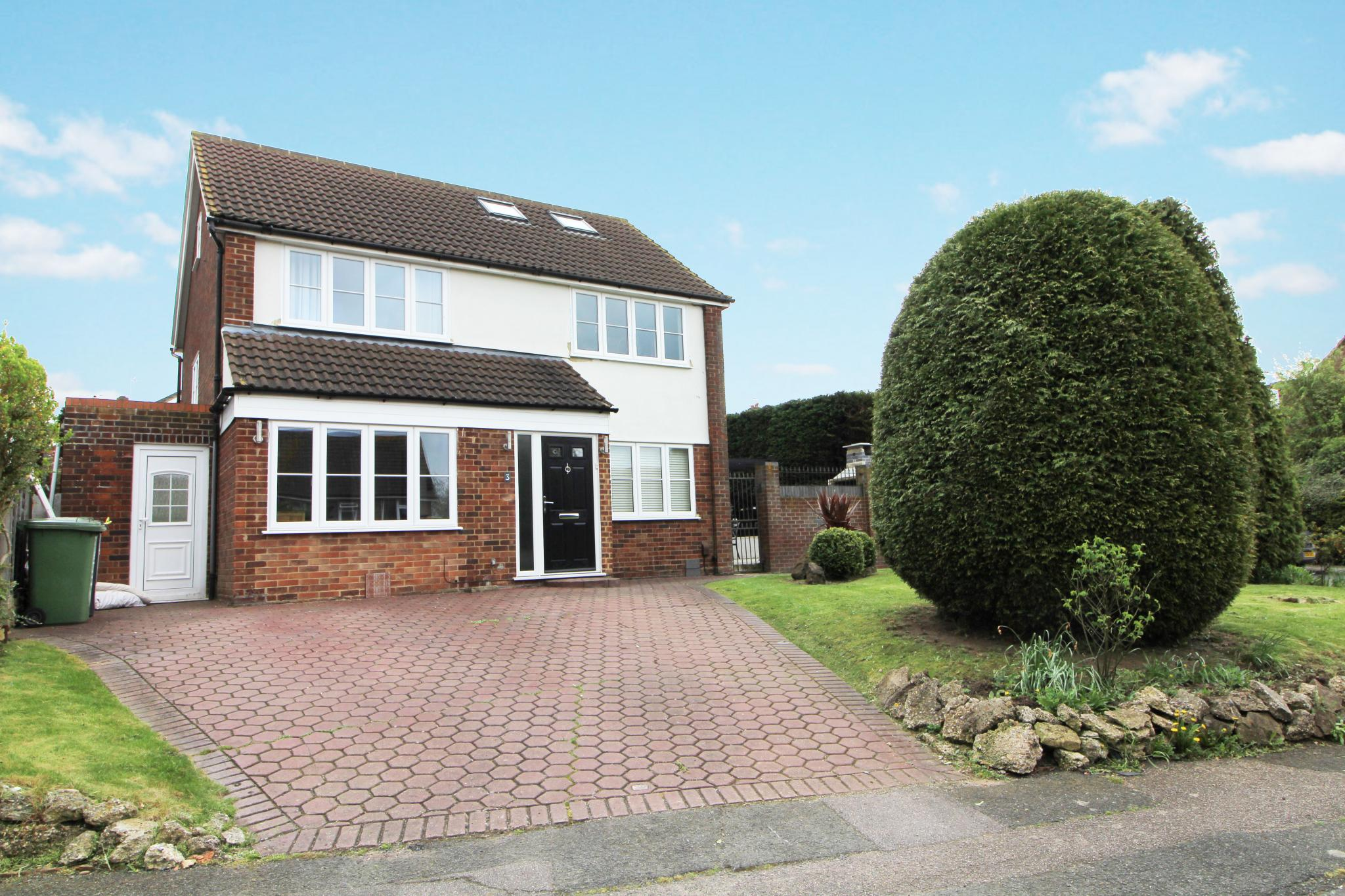 4 bedroom detached house For Sale in Goffs Oak - Property photograph