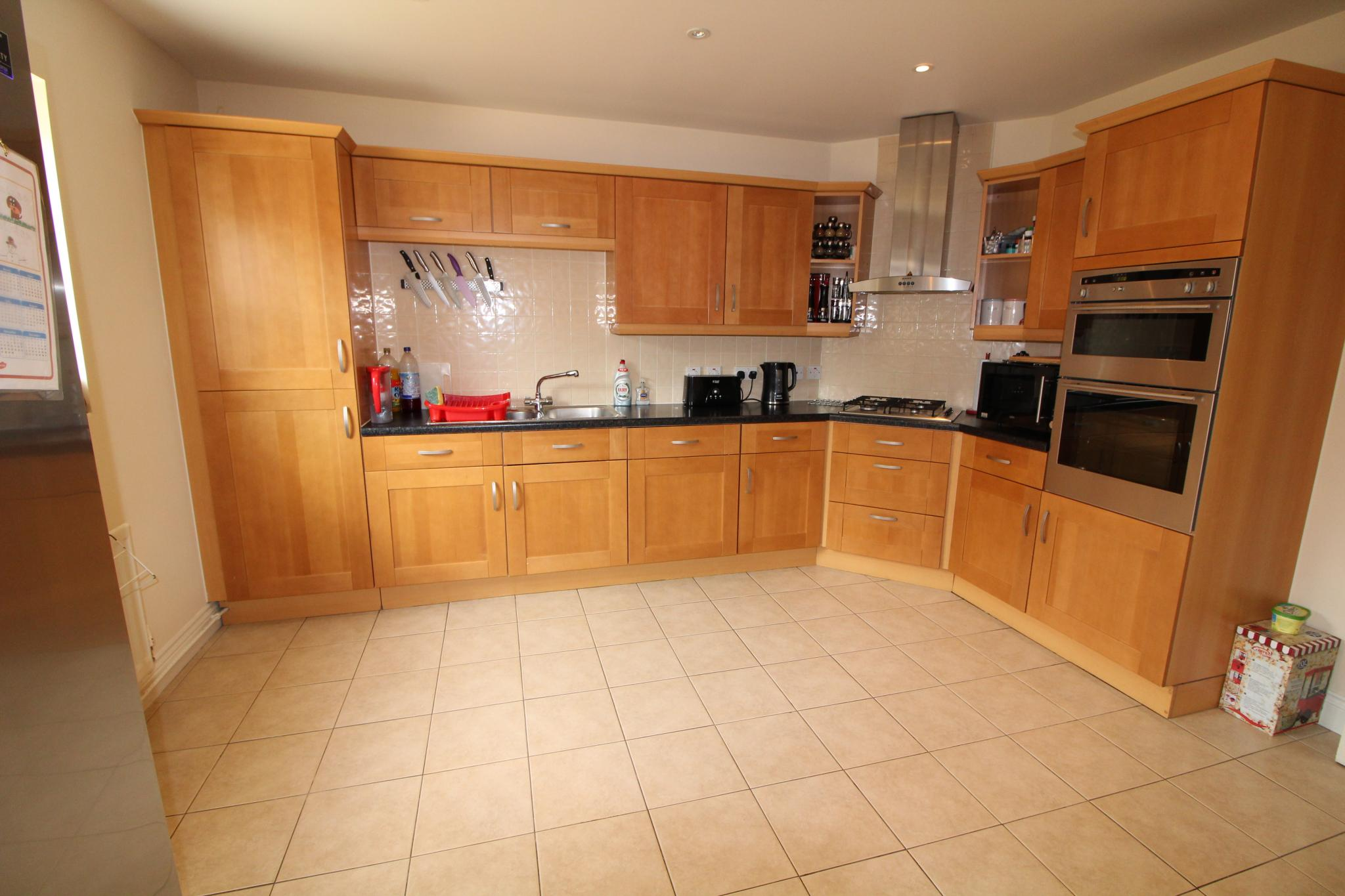 4 bedroom detached house For Sale in Hatfield - Property photograph