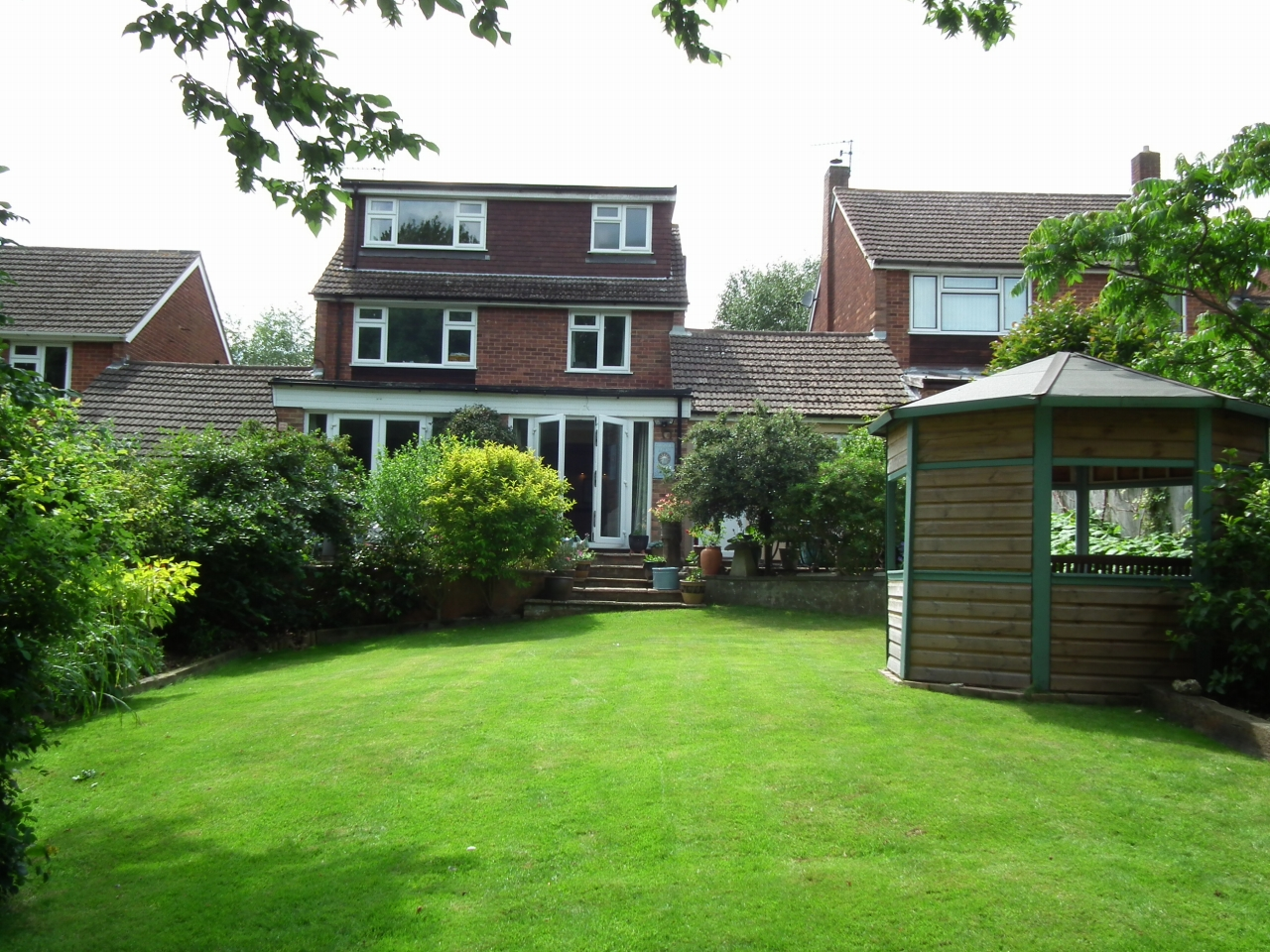 4 bedroom link detached house Sale Agreed in Potters Bar - Property photograph