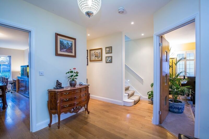 4 bedroom detached house For Sale in Potters Bar - Property photograph